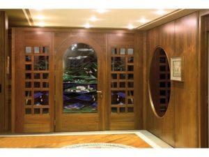 Porta d'ingresso in ciliegio con vetri artistici